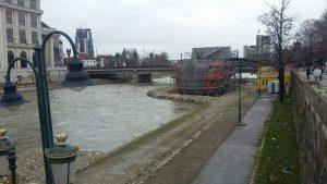 In de rivier Vardar zijn naast één bestaand schip nog drie andere schepen in aanbouw (foto: Jeroen de Regt, 2016).